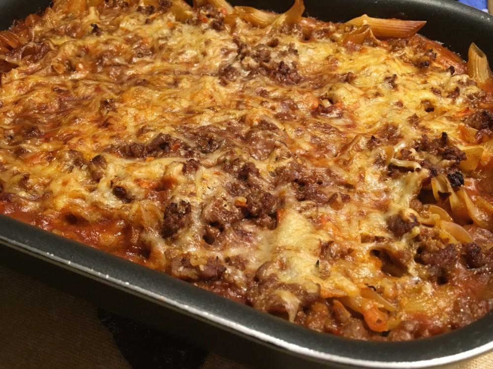 Mit Käse überbackene Ofen Spirelli alla mamma picante