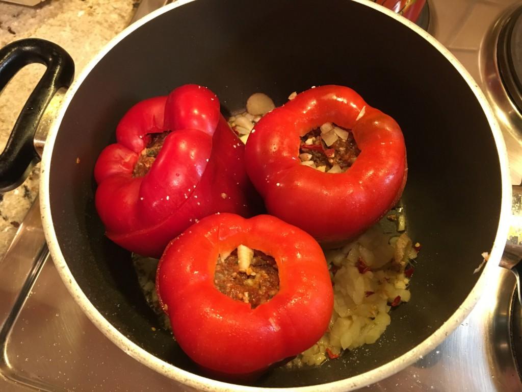 Gefüllte Paprika im Topf schmoren