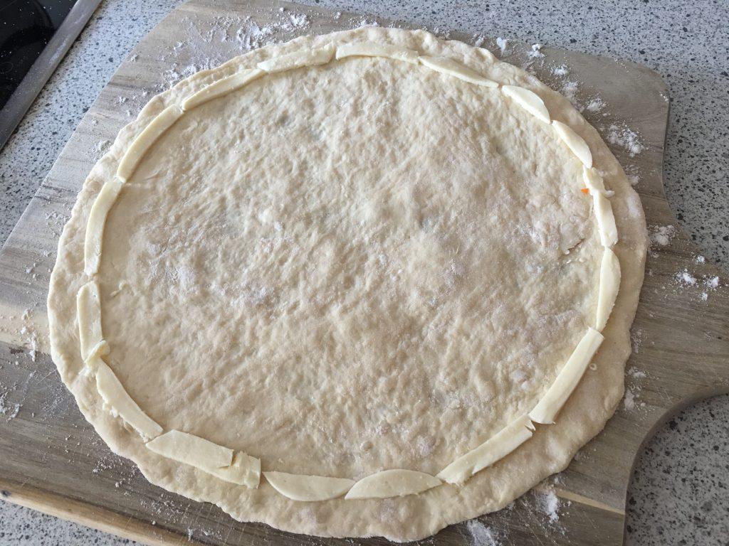 Pizza mit Käserand selbst machen