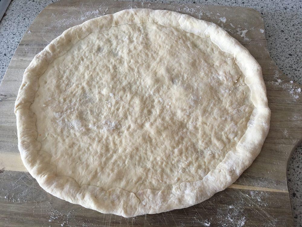 Pizza mit gefülltem Rand