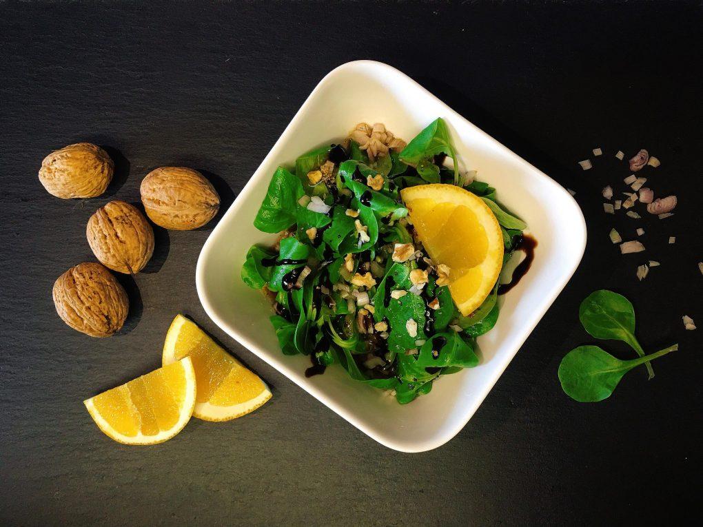 Feldsalat mit Orangen-Vinaigrette und Walnüssen