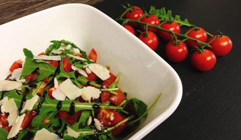 Rucola Salat mit Tomaten und Himbeer-Balsamico