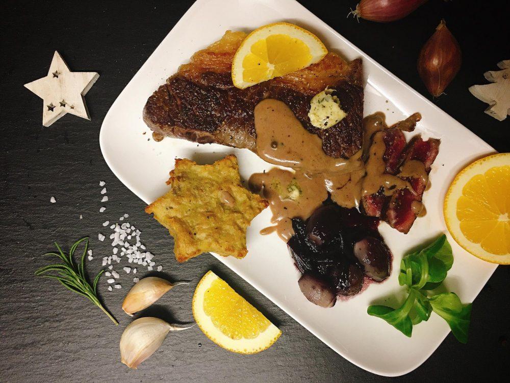 Weihnachtliches Rindersteak an Pfefferrahm-Orangen-Sauce mit Rotwein Schalotten und Kartoffel-Sternen