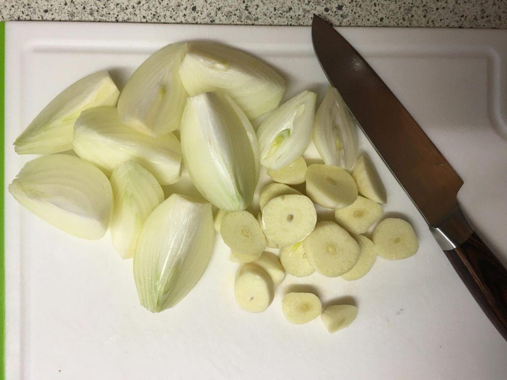 Zwiebeln und Knoblauch vierteln
