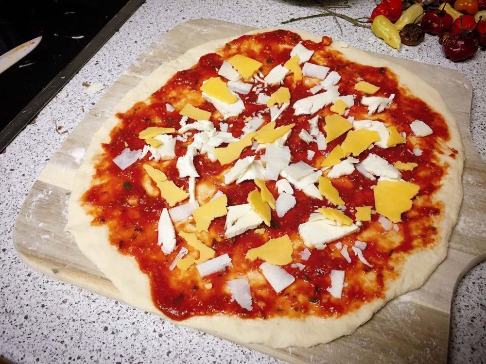 Käsepizza mit Cheddar und Mozzarella