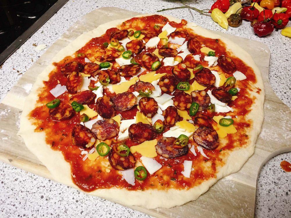Pizza Salami mit Cheddar
