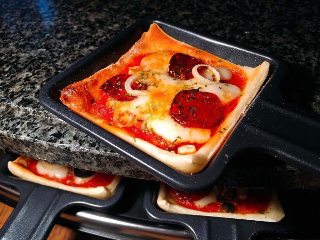 Pizza auf dem heißen Stein backen