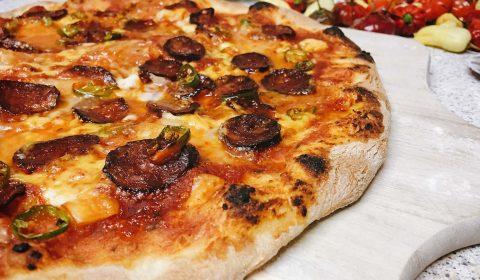 Pizza mit Mozzarella, Cheddar und Salami