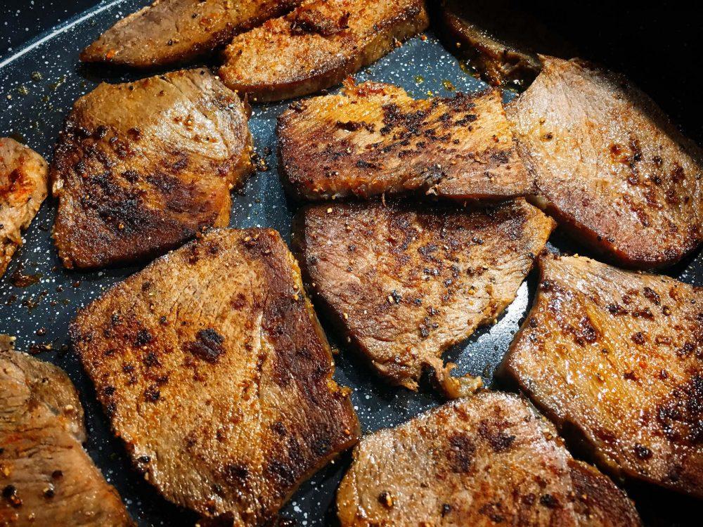 Zwiebelfleisch anbraten