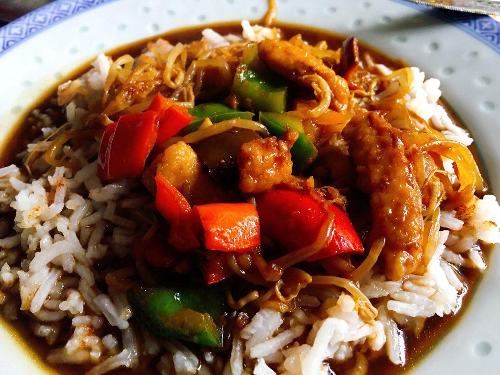 Asiatische Wok Pfanne mit Hähnchen und Gemüse
