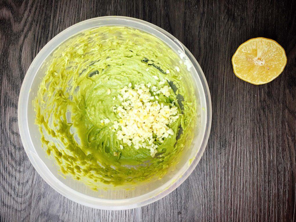 Avocado Pesto mit Knoblauch und Zitrone