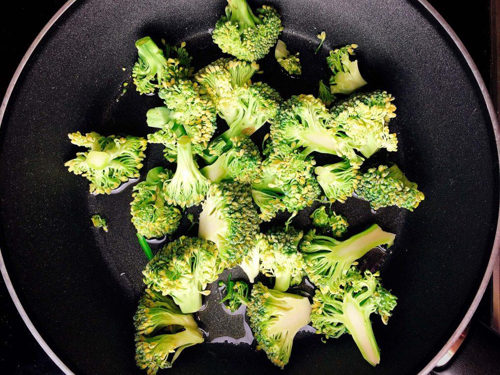 Brokkoli Gemüse aus der Pfanne