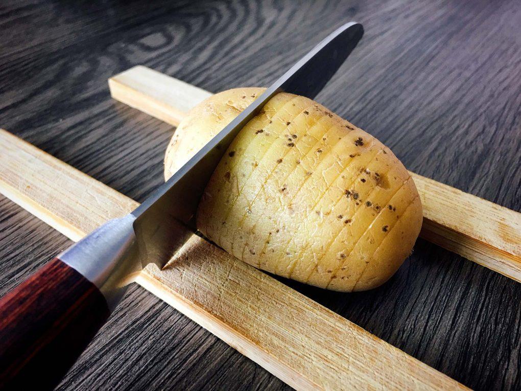 Hasselback Kartoffeln einschneiden