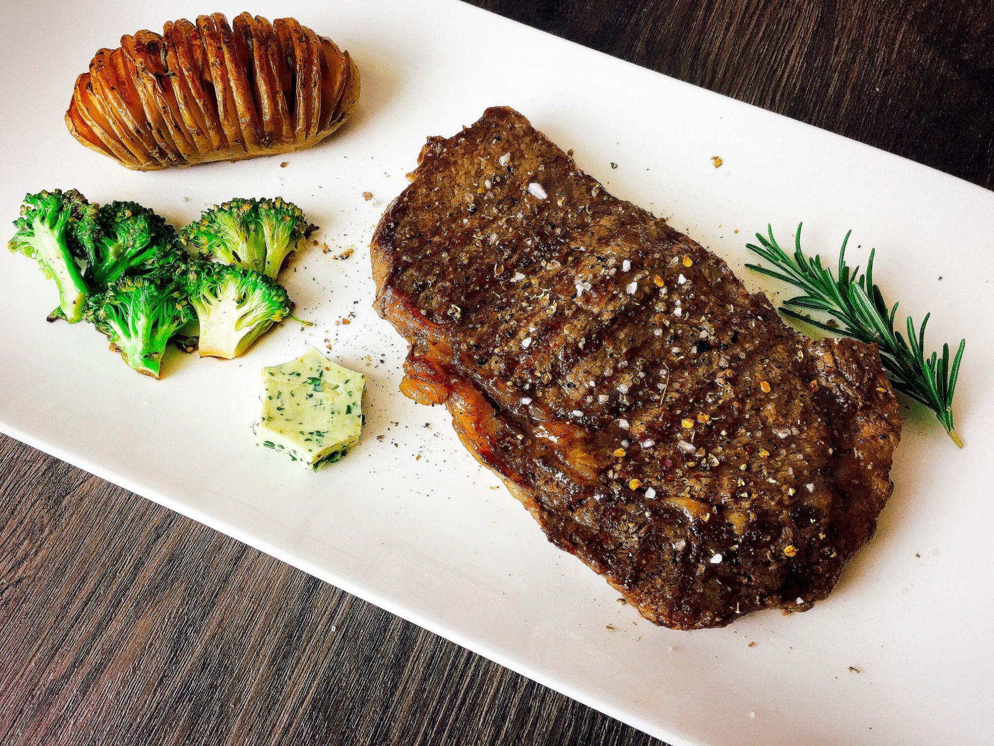 Rindersteak mit Hasselback Kartoffeln und Brokkoli