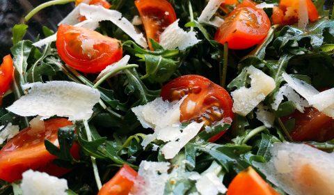 Rucola Salat mit Parmesan und Tomaten