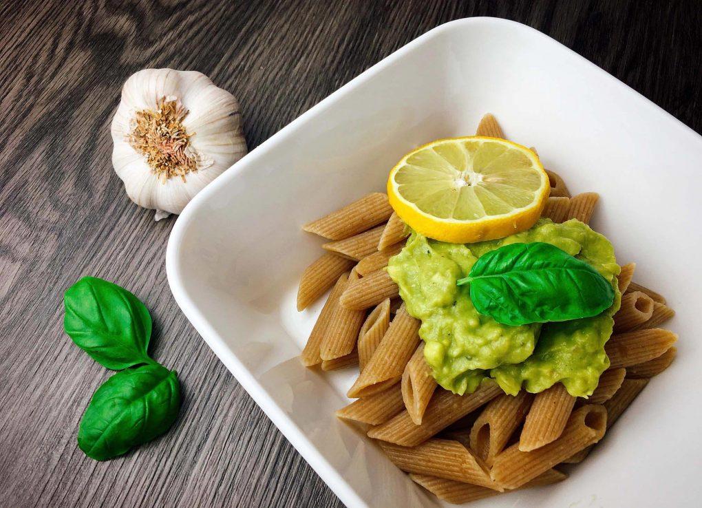 Vollkorn Pasta mit Avocado Pesto