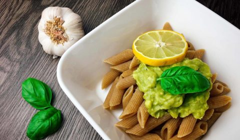 Vollkorn Pasta mit Avocado Pesto