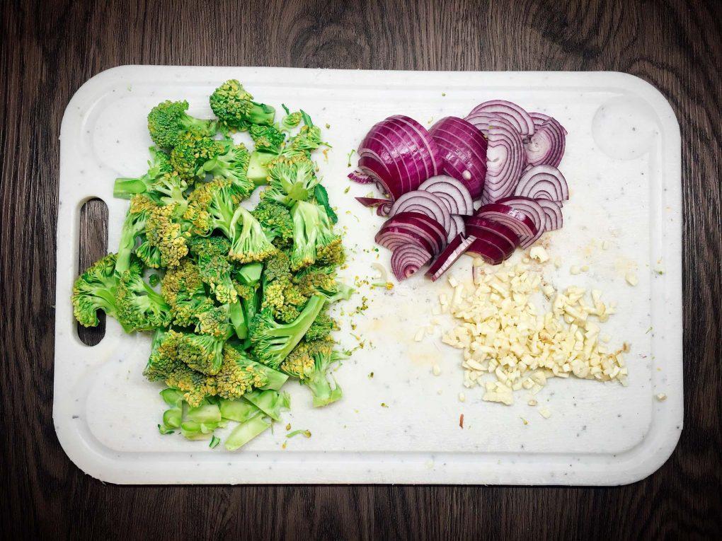 Brokkoli Zwiebeln und Knoblauch