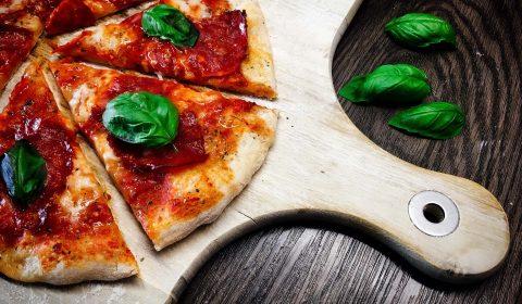Pizza Salami mit Büffelmozzarella