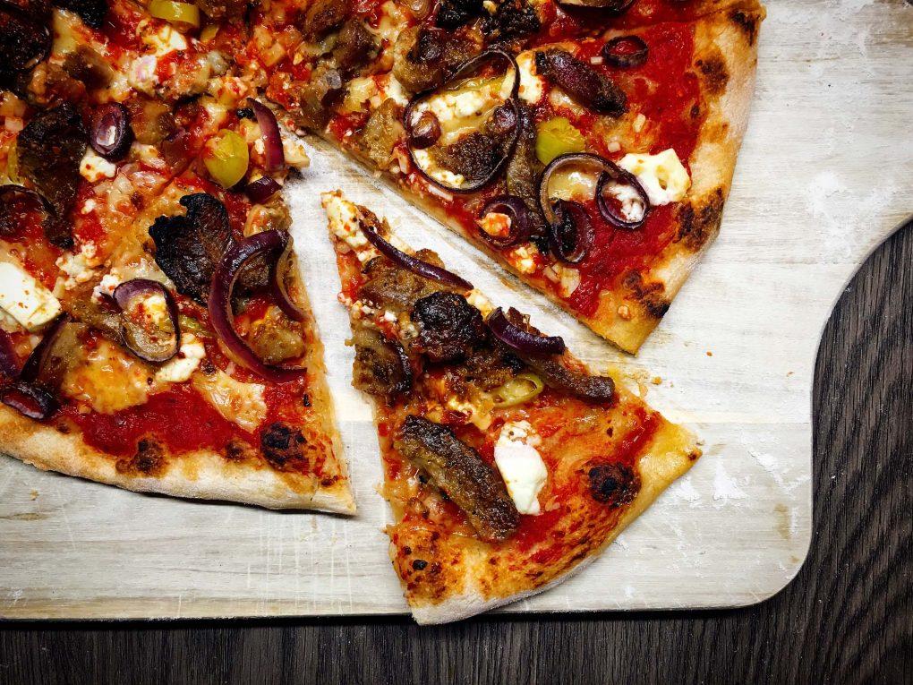 Pizza mit Gyros und Feta