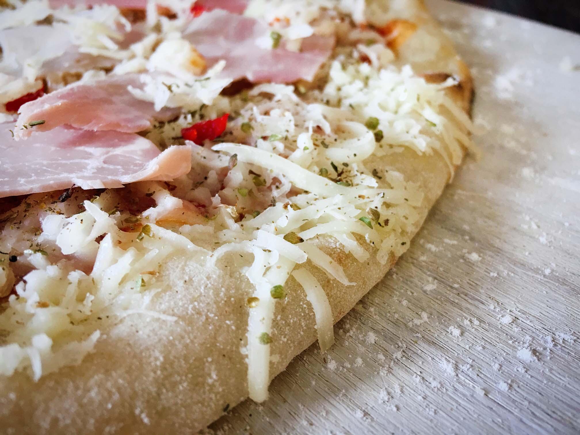 Käse hängt am Pizzarand