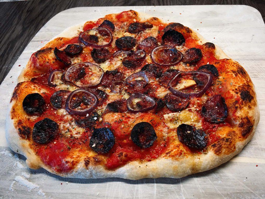 Pizza Salsiccia mit Roten Zwiebeln