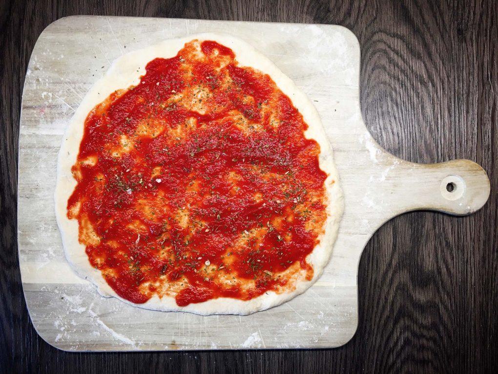 Pizza mit Tomatensauce