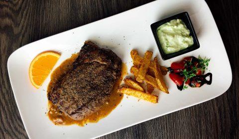 Rindersteak mit Orangen-Pfeffer-Chantré-Chili-Sauce, Amazing Fries und Avocado Dip