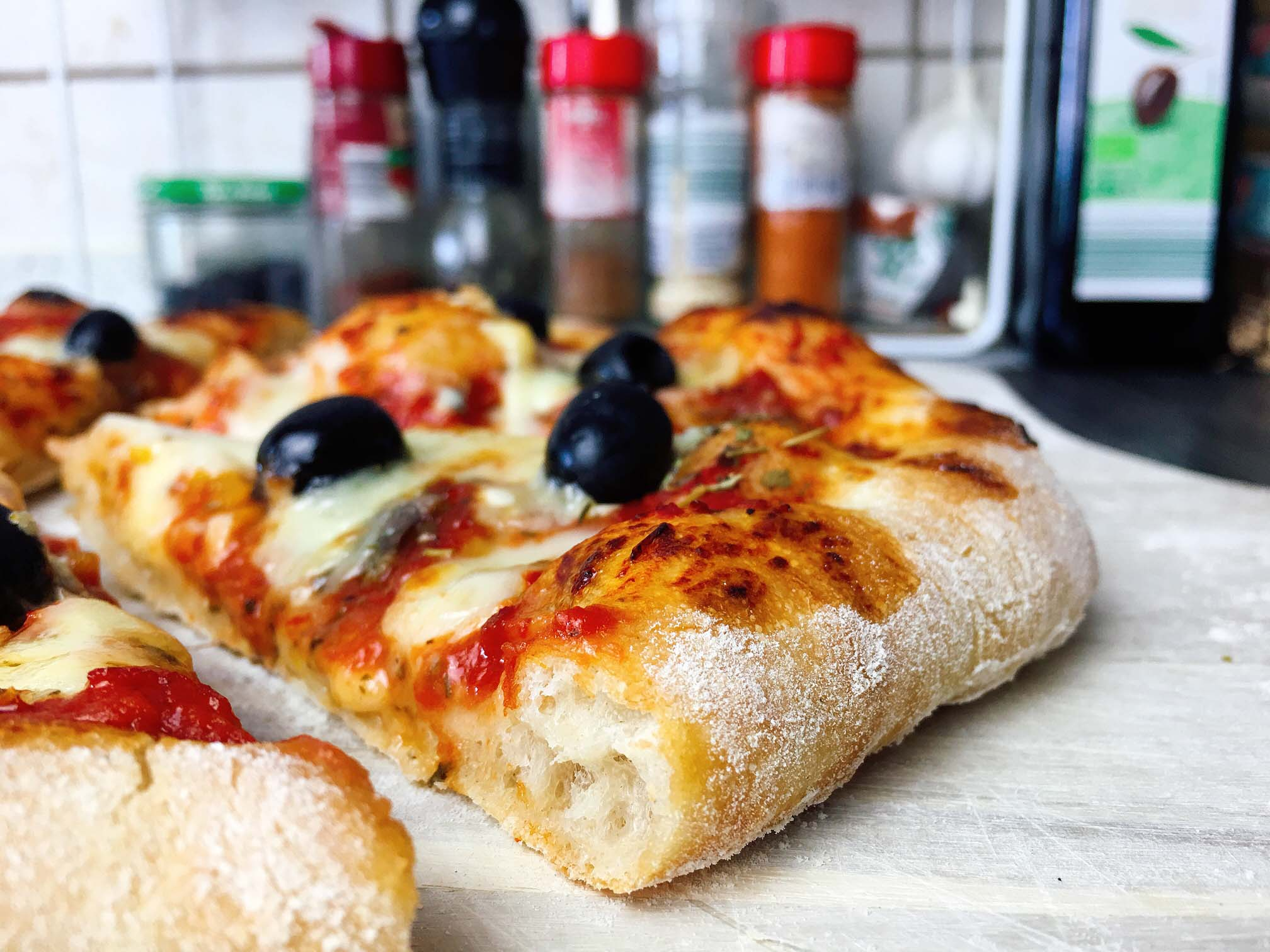 Pizza mit luftigem Rand