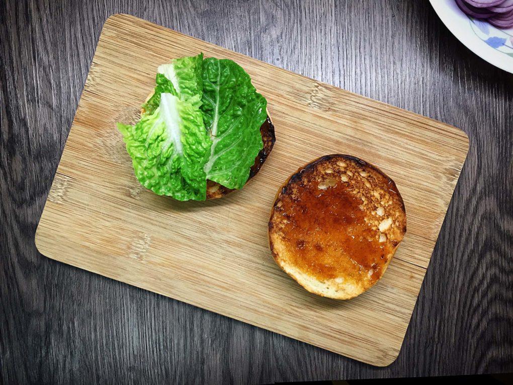 Burger Brötchen mit Salat