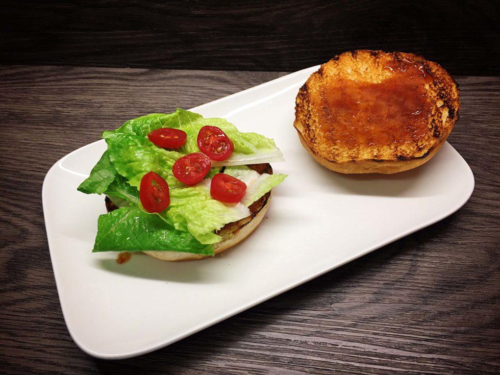 Burger mit Salat und Tomaten