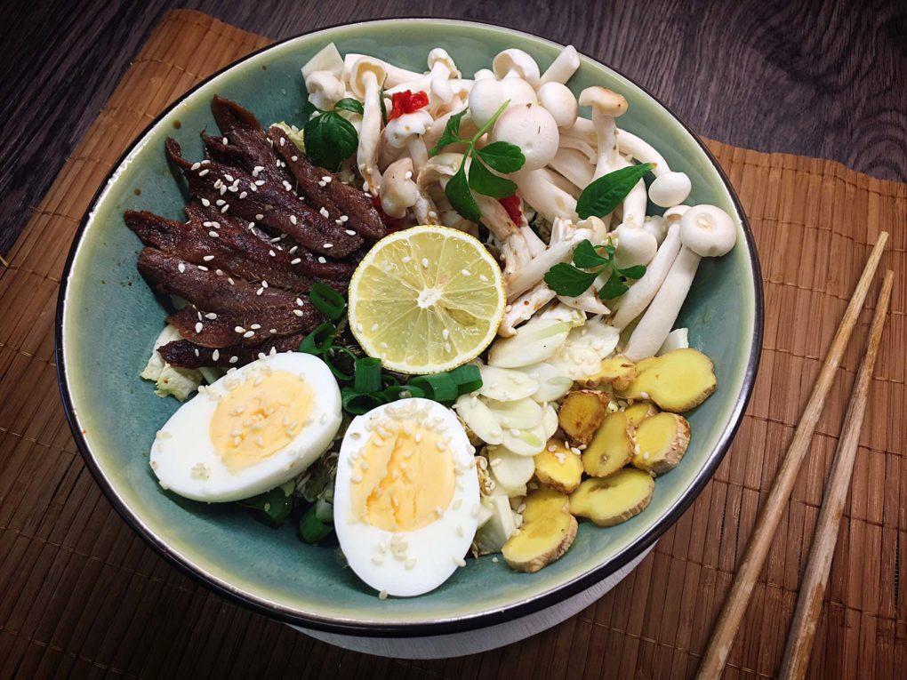 Scharfe Ramen mit Ei, Shimeji und Anchovis